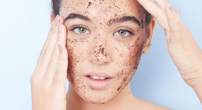 Không nên lạm dụng sản phẩm tẩy tế bào chết và không chà xát quá mạnh gây tổn thương da.