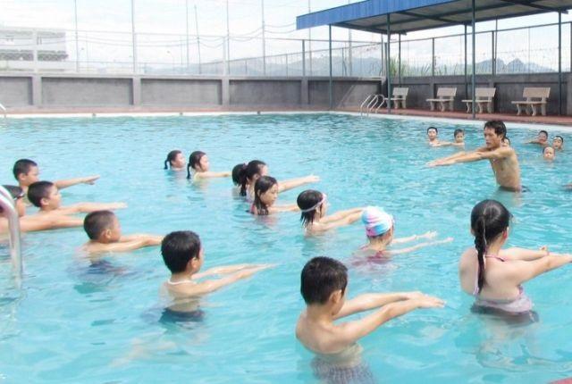 Dạy trẻ kỹ năng đảm bảo an toàn, tránh đuối nước khi đi bơi trong dịp hè - Ảnh 1