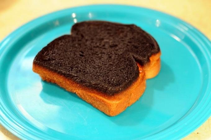 """Mua bánh mì về ăn tiện chà lên răng thế này, cô gái """"hốt hoảng"""" không ngờ lại hiệu quả đến thế - Ảnh 3"""