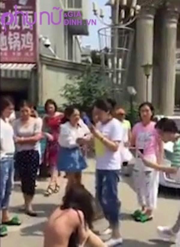 Xôn xao clip đánh ghen: Vợ lớn lột sạch quần áo 'bồ nhí' giữa phố, đánh cả người đi đường - Ảnh 3