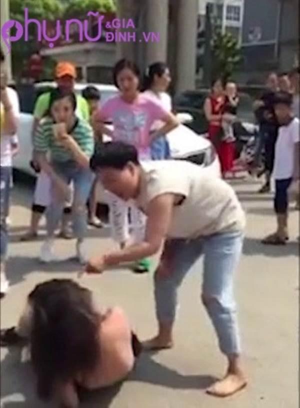 Xôn xao clip đánh ghen: Vợ lớn lột sạch quần áo 'bồ nhí' giữa phố, đánh cả người đi đường - Ảnh 1