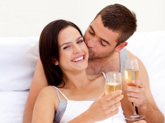 Một chút rượu vang trước khi quan hệ sẽ giúp cảm xúc cả hai thăng hoa hơn, tuy nhiên quá nhiều rượu lại có thể phản tác dụng.