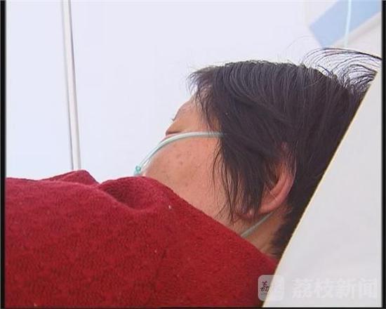 Nghịch tử đánh mẹ già 67 tuổi gãy 11 xương sườn, điếc một bên tai - Ảnh 1