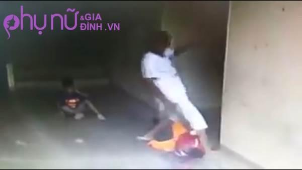 Clip: Người đàn ông liên tục 'tung cước' đạp vào đầu cậu bé 7 tuổi khiến cư dân mạng phẫn nộ - Ảnh 2