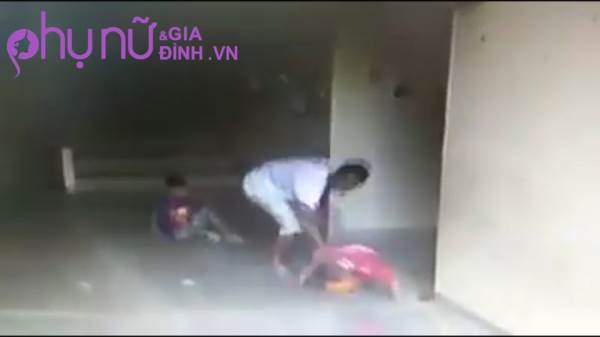 Clip: Người đàn ông liên tục 'tung cước' đạp vào đầu cậu bé 7 tuổi khiến cư dân mạng phẫn nộ - Ảnh 3