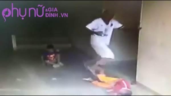 Clip: Người đàn ông liên tục 'tung cước' đạp vào đầu cậu bé 7 tuổi khiến cư dân mạng phẫn nộ - Ảnh 1