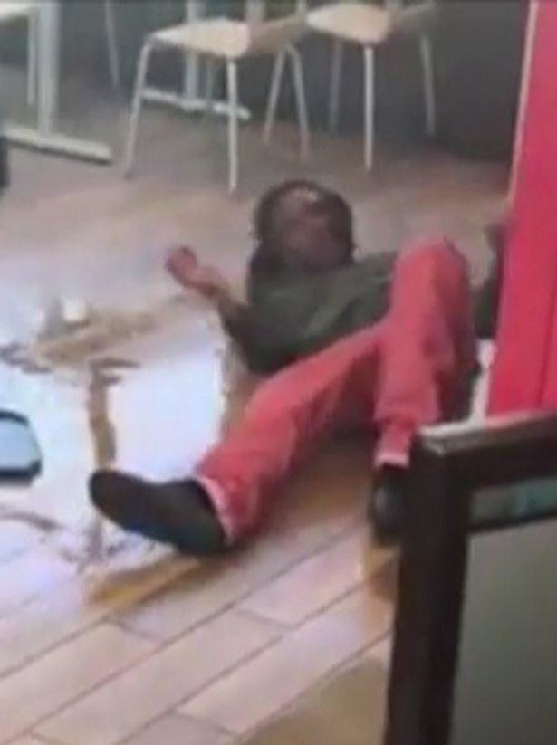 Clip: Nhân viên cửa hàng thức ăn nhanh đánh đập, dọa giết khách hàng - Ảnh 2