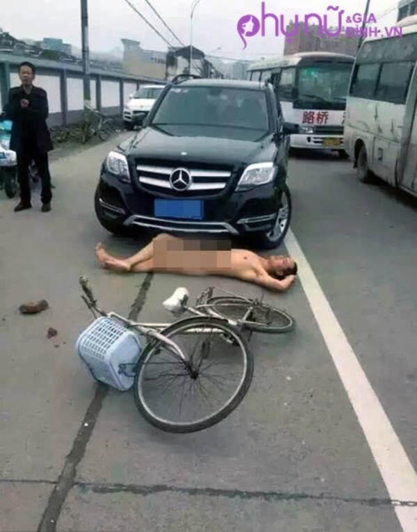 Sự thật không ngờ đằng sau người đàn ông lột sạch quần áo nằm trước đầu ô tô - Ảnh 1