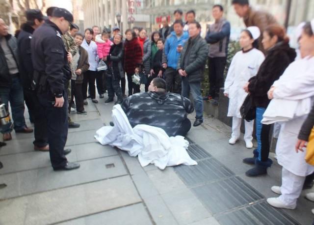 20 người vật vã suốt 2 giờ đồng hồ nâng 'chàng béo' bị té ngã trên đường - Ảnh 1