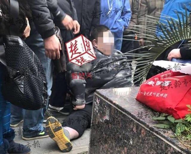 20 người vật vã suốt 2 giờ đồng hồ nâng 'chàng béo' bị té ngã trên đường - Ảnh 3