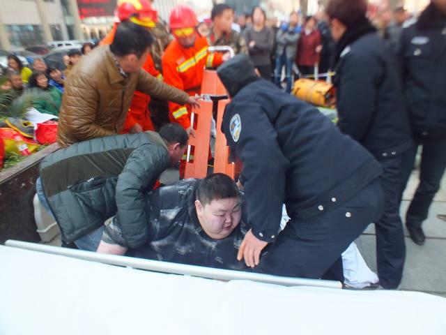 20 người vật vã suốt 2 giờ đồng hồ nâng 'chàng béo' bị té ngã trên đường - Ảnh 2