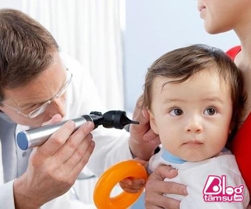 Đừng bao giờ coi thường một cái hắt hơi của con bởi đó có thể là dấu hiệu của bênh viêm tai giữa - Ảnh 1