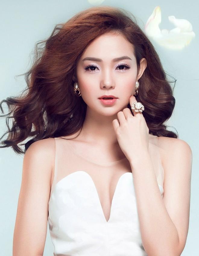 Xinh đẹp, lộng lẫy là thế, nhưng khi livestream nhan sắc mỹ nhân Việt thay đổi chóng mặt thế nào?  - Ảnh 3