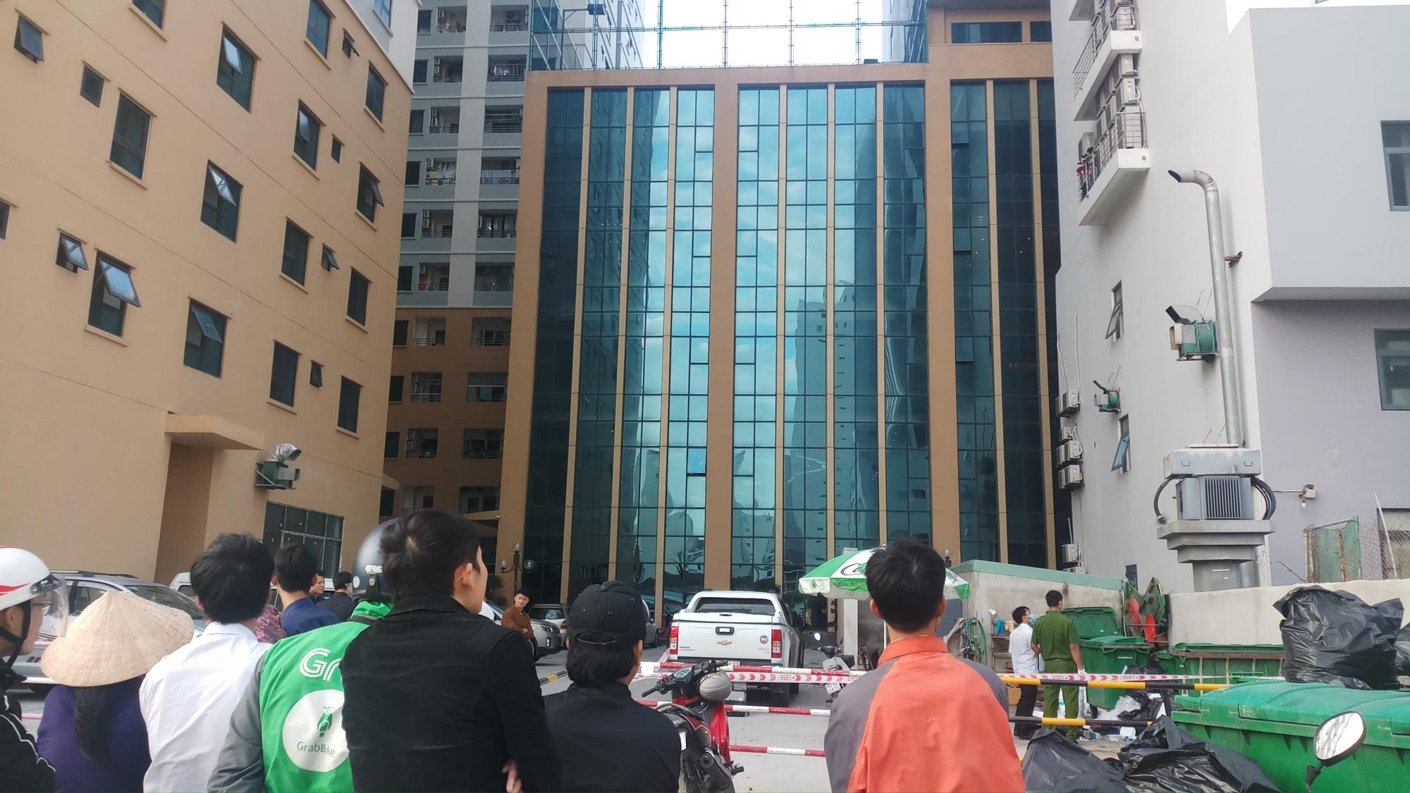 Người đàn ông nước ngoài rơi từ tòa nhà cao tầng xuống đất tử vong - Ảnh 1
