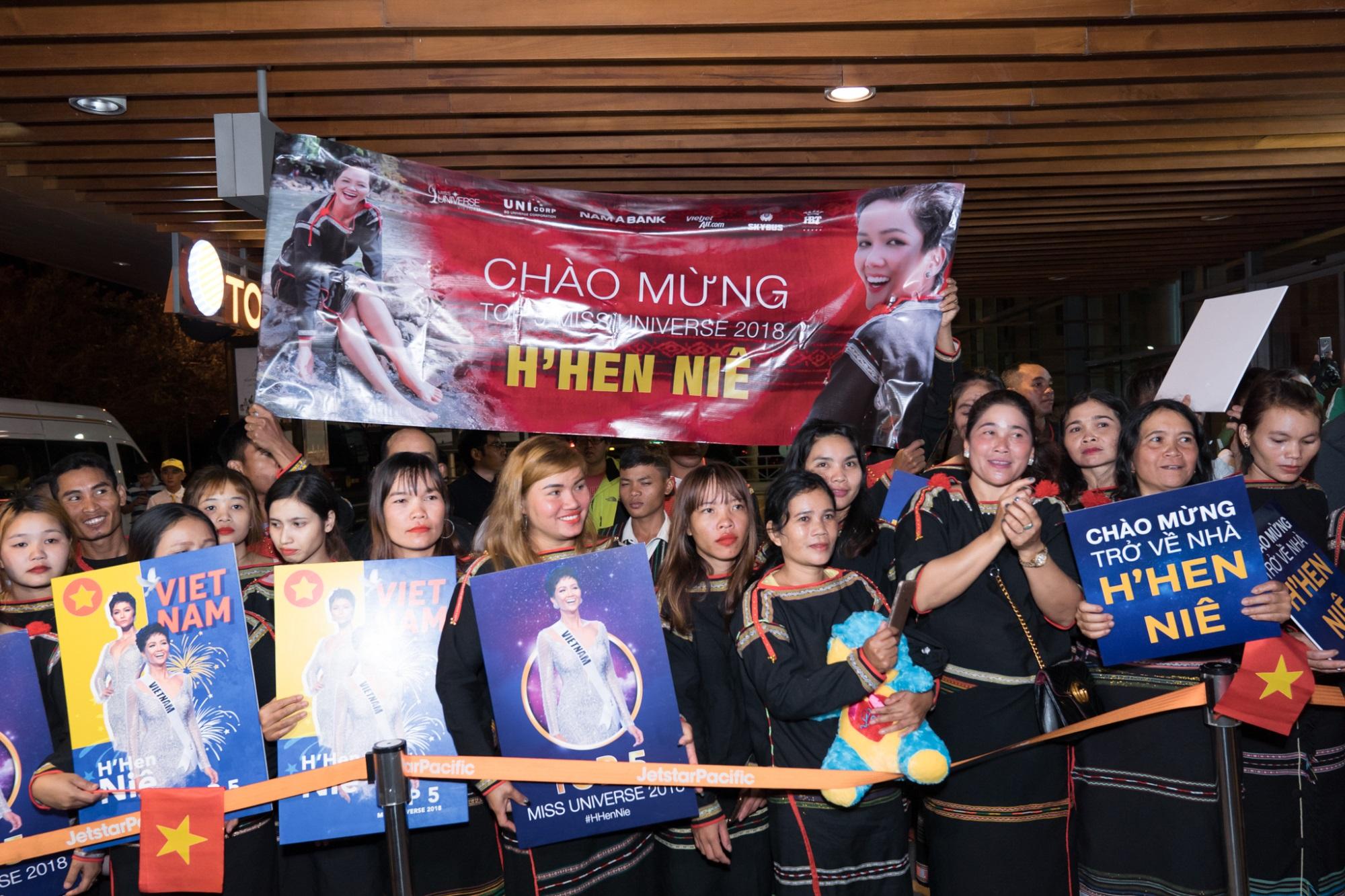 Mặc dù buổi tối ở Đắk Lắk khá lạnh nhưng rất đông khán giả đã có mặt ở sân bay Buôn Ma Thuột từ sớm, chuẩn bị đón chào niềm tự hào của tỉnh nhà.
