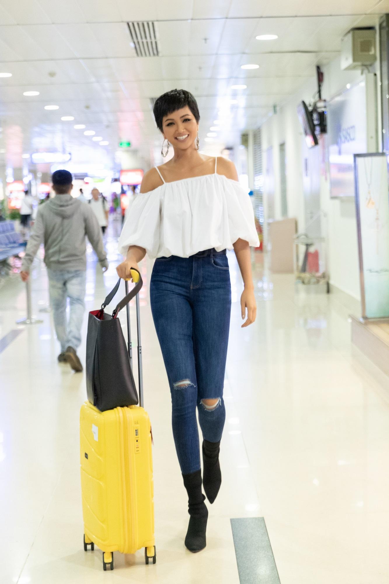 Đúng một năm đăng quang Hoa hậu Hoàn vũ Việt Nam, H'Hen Niê trở về quê nhà với nhiều cảm xúc trong lòng. Ngày 22/01/2018, cô về quê với tư cách tân Hoa hậu Hoàn vũ Việt Nam, lần này cô trở về với thành tích Top 5 Miss Universe 2018. Hai lần trở về quê đều mang lại cho H'Hen Niê những cảm xúc khác nhau, cùng sự chào đón nồng nhiệt từ người thân và khán giả Đắk Lắk.