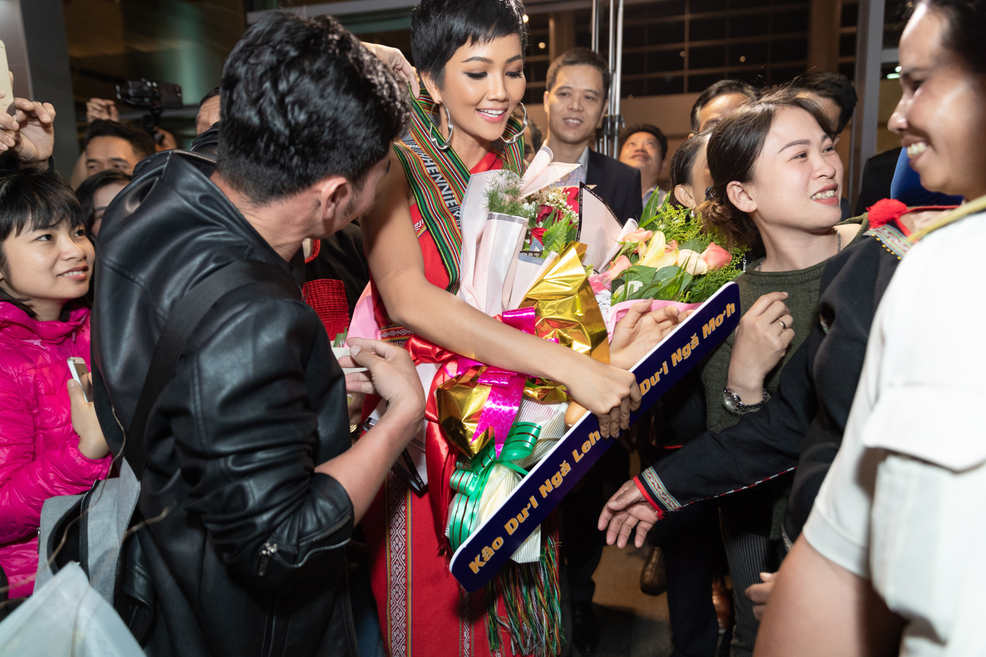 """Với thành tích Top 5 Miss Universe 2018, hoa hậu H'Hen Niê nhận được nhiều sự quan tâm từ truyền thông trong và ngoài nước, liên tục được báo chí, khán giả quốc tế khen ngợi và ưu ái đặt cho biệt danh 'Cinderella châu Á"""". H'Hen Niê còn vinh dự vào Top 5 Đại sứ truyền cảm hứng, Top 10 Nhân vật truyền cảm hứng cộng đồng của giải thưởng Wechoice 2018 với những đóng góp tích cực cho cộng đồng, xã hội trong thời gian qua."""