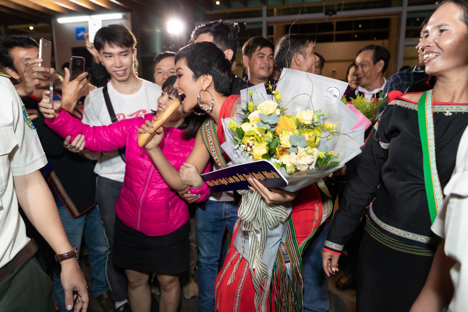 H'Hen Niê vui vẻ và hào hứng chụp ảnh cùng các fan tại quê nhà Đắk Lắk.