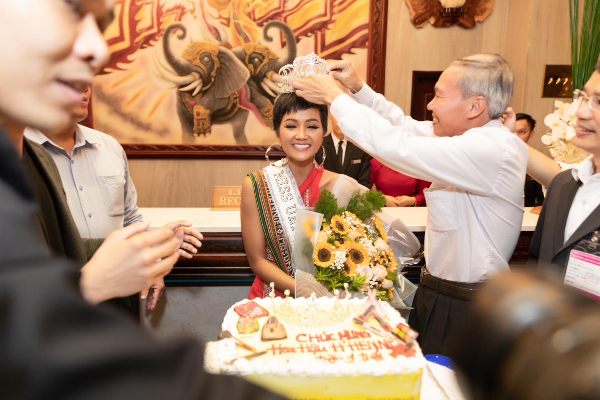 Sau khi trở về khách sạn, H'Hen Niê bất ngờ nhận được món quà đặc biệt từ ekip Hoa hậu của mình đúng khoảnh khắc cách đây một năm trước cô đăng quang Hoa hậu Hoàn vũ Việt Nam.