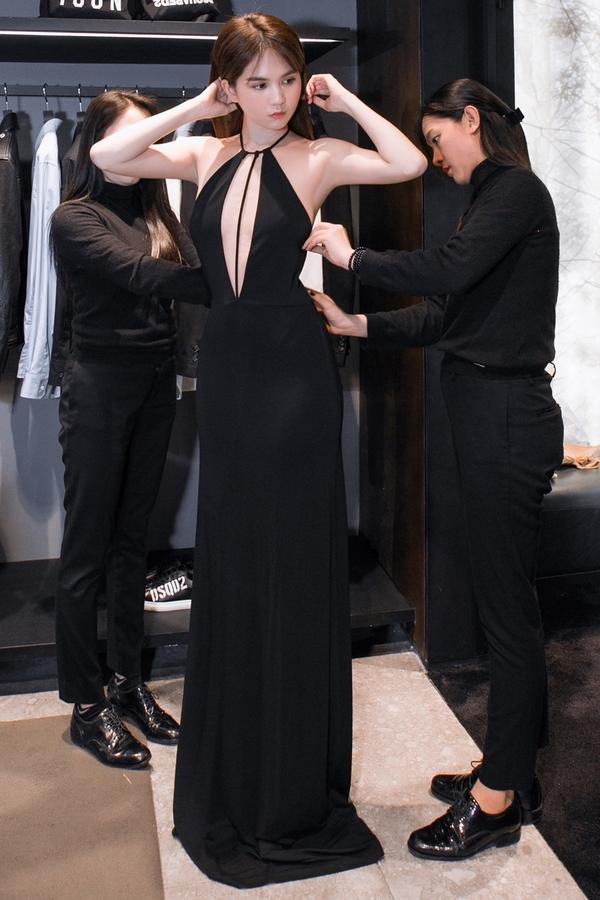 'Nữ hoàng nội y' khoe dáng 'nuột nà' bên ông bầu Khắc Tiệp trước khi tham dự Milan Fashion Week - Ảnh 1