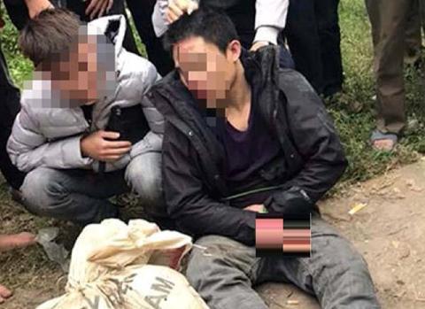 Dù đã van xin nhiều lần, nam thanh niên trộm chó vẫn bị nhóm người đánh dã man - Ảnh 1