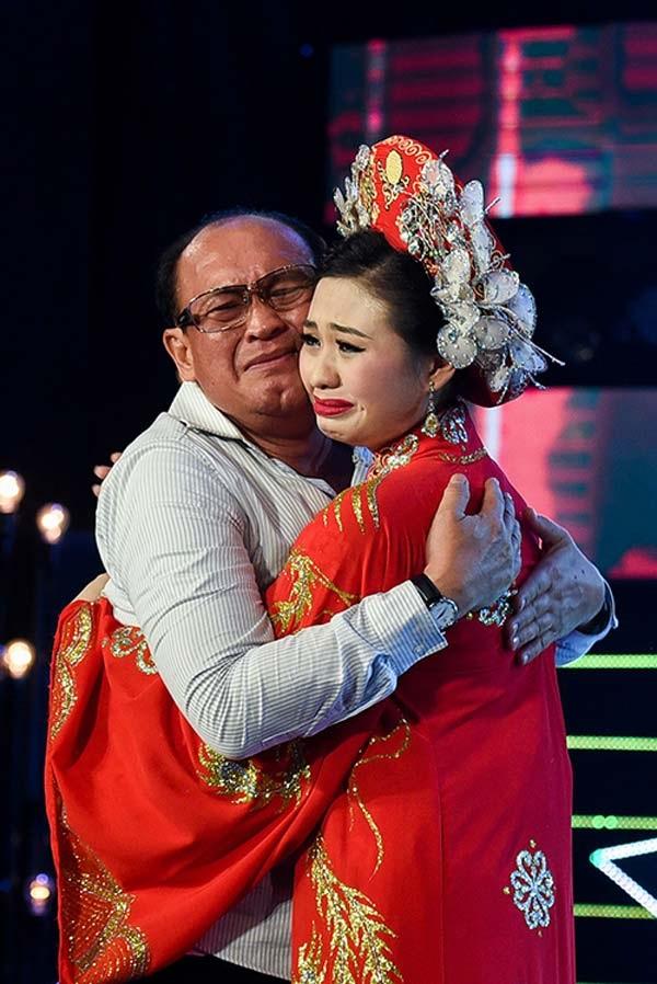 Duy Phương khóc nghẹn tố Lê Giang nói dối: 'Ba Giang mất không có tiền mua hòm, tôi còn phải bán đèn quảng cáo để giúp' - Ảnh 4