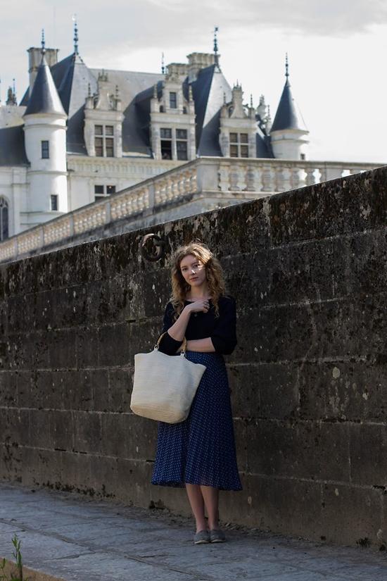 Các bạn gái yêu thích phong cách vintage có thể mix đồ với chân váy midi, áo thun và túi nan to bản.