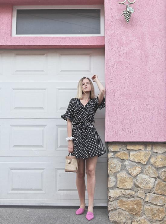 Váy liền thân, thắt dây dưng vải tiện lợi khi đến văn phòng và vẫn có thể sử dụng để đi chơi cùng bạn bè.