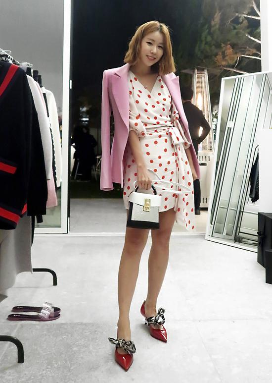 Váy thắt eo cho nàng công sở sành điệu được phối cùng blazer tông hồng phấn, giày mũi nhọn da đỏ bóng.