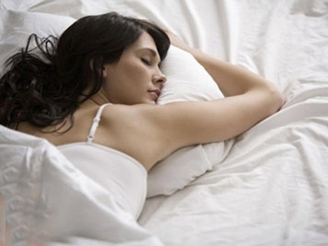 Nằm sấp khi ngủ là nguyên nhân khiến 1 chảy xệ, xuống cấp