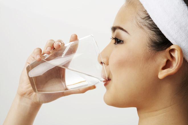 Uống nhiều nước giúp vòng 1 căng đầy và không còn bị chảy xệ