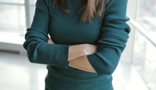 Khoanh tay trước ngực là thói quen gây sức nặng lên bầu ngực khiến chúng nhanh chóng bị chảy xệ