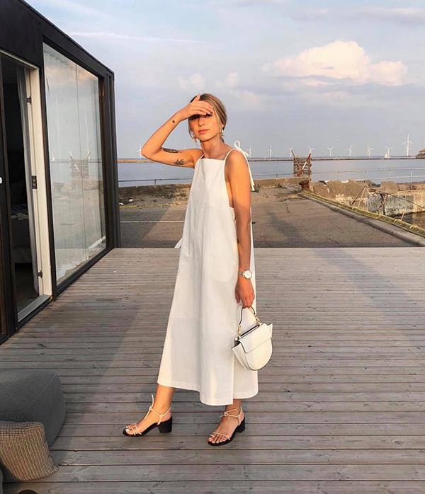 Váy hai dây và cut-out khó chưng diện khi đi làm, nhưng nó lại là trang phục hợp lý để mặc khi đi dạo phố, mua sắm và cà phê vào ngày nghỉ.