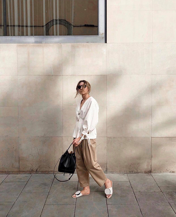 Set đồ cho bạn gái thích hoạt động và yêu mua sắm vào dịp cuối tuần. Cách kết hợp giữa áo blouse, quần ống lửng, dép slip-on và túi rút dây sẽ mang lại sự tiện lợi khi phải di chuyển nhiều.