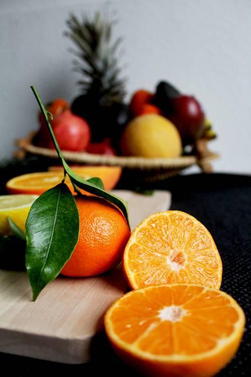 Hàm lượng vitamin C lớn trong cam, chanh, bưởi giúp tiêu diệt các gốc tự do trong cơ thể, đào thải độc tố ra ngoài.Vitamin C có vai trò quan trọng đối với quá trình sản xuất collagen, sửa chữa các mô trong cơ thể và tham gia vào quá trình chuyển hóa các chất.