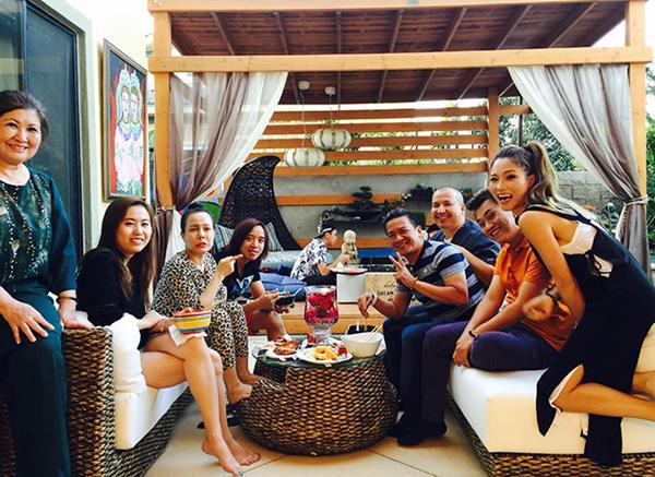 Ngôi nhà 900m2 của vợ chồng Nguyễn Hồng Nhung là nơi thường xuyên được các nghệ sĩ hải ngoại và trong nước ghé thăm, tụ tập ăn uống.