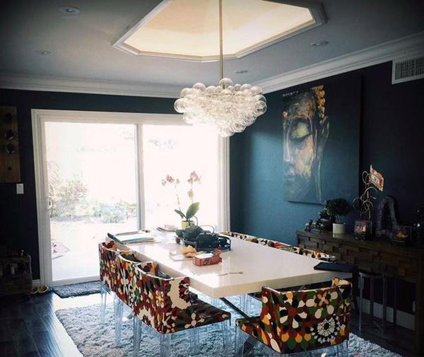 Căn bếp được lựa chọn tỉ mỉ với bàn trắng, ghế họa tiết.