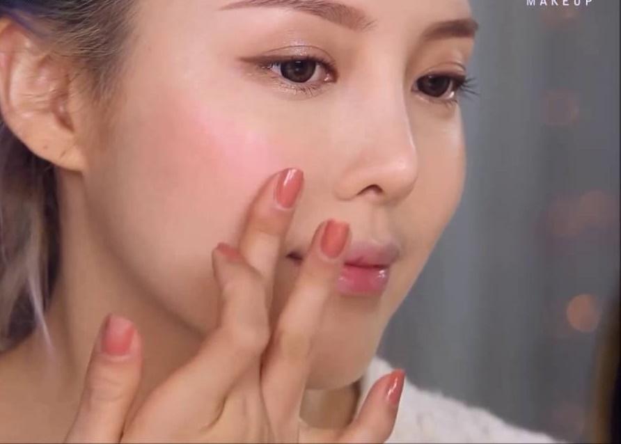 Bạn hãy dùng tay tán nhẹ son môi trên gò má để tạo hiệu ứng ửng hồng xinh xắn