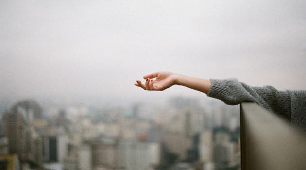 Nếu cần phải buông tay một người vốn không thuộc về mình và mãi mãi sẽ không thuộc về mình, đừng chần chừ, hãy cứ thả tay ra thôi