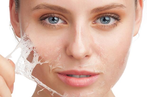 Nếu bạn đang sử dụng loại sữa rửa mặt có hoạt tính quá mạnh hoặc không vệ sinh da mặt sạch thì sẽ khiến da mặt bị khô ráp, bong tróc và tổn thương lớp màng bảo vệ tự nhiên nhanh chóng