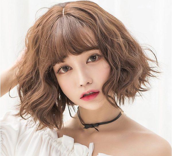 Để mái tóc ngắn không trở nên quá đơn điệu hay nhàm chán thì uốn xoăn xù chính là cách biến tấu mà chị em phụ nữ có thể áp dụng