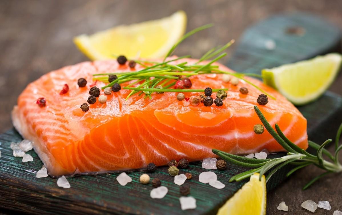 Ngoài tác dụng giảm cân, cá hồi còn chứa hàm lượng axit béo omega 3 dồi dào bổ sung độ ẩm, ngăn ngừa lão hóa, giúp làn da thêm căng mịn, hồng hào