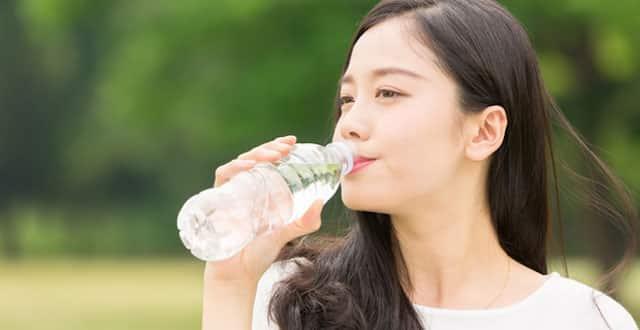 Uống nước đều đặn giúp đào thải độc tố và tăng cường khả năng trao đổi chất nhanh chóng, giảm mở vòng 2 rất tốt