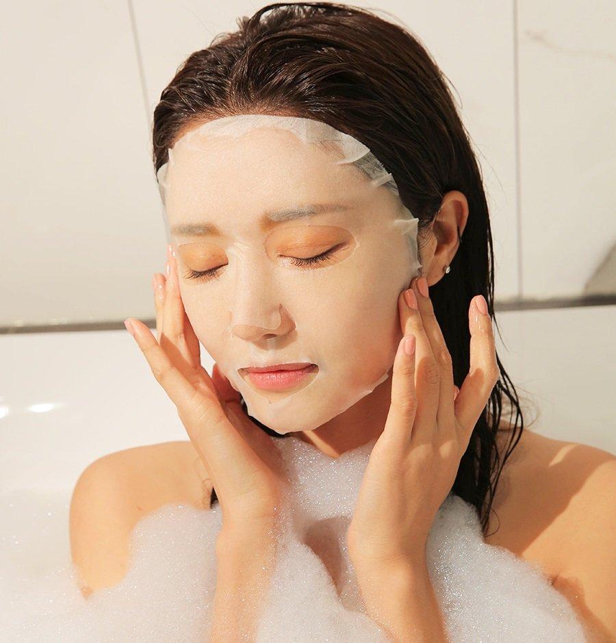 Tắm chính là khoảng thời gian mà bụi bẩn rất dễ xâm nhập vào lỗ chân lông của bạn