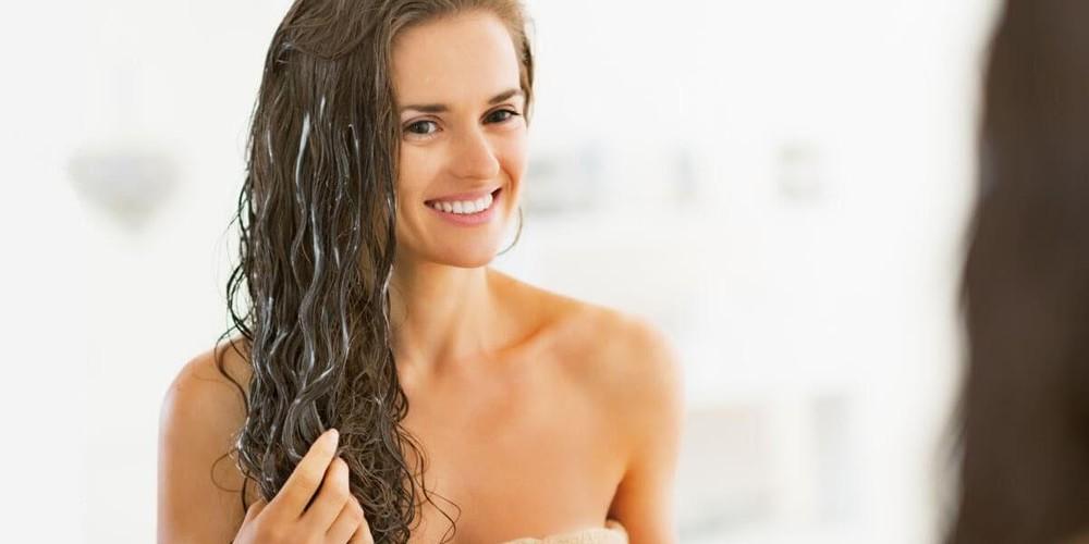 Thoa dầu xả sẽ giúp cho những lọn tóc vốn đang khô xơ của bạn được cấp nước ngay lập tức
