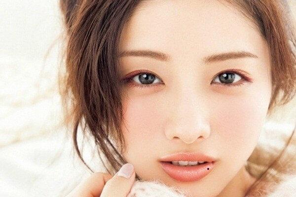 Tình yêu dễ vướng thị phi, chuyện ngoại tình, lăng nhăng là khó tránh khỏi đối với những người phụ nữ có nốt ruồi trên môi