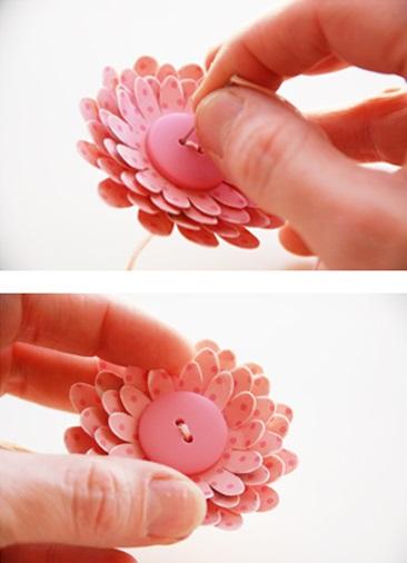 Dùng mũi kim khâu 1 chiếc cúc lớn ở giữa để làm nhụy hoa