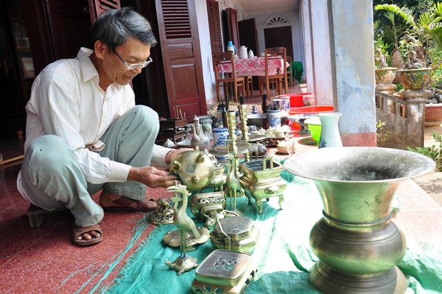Sau khi đổ tro ra ngoài, gia chủ nên lau bát hương bẳng cách giữ cố định bát hương