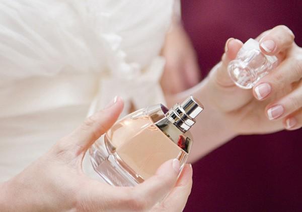 Dùng tăm hoặc vật có đầu nhọn giúp lọ nước hoa hoặc bình xịt tóc không còn bị tắc