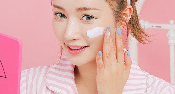 Để có gương mặt mộc tự nhiên, bạn phải thường xuyên bôi kem chống nắng để bảo vệ và giúp da khoẻ mạnh hơn, ngăn ngừa lão hoá hiệu quả